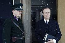 NÁVRAT NIKAM. František Šíma se vrací z vězení do rodných Lidic. Netuší, že už ale nemá kam. Na snímku Karel Roden a Jan Vondráček.