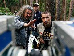 Záběr z natáčení filmu Kajínek, na snímku kameraman Brabec a režisér Jákl