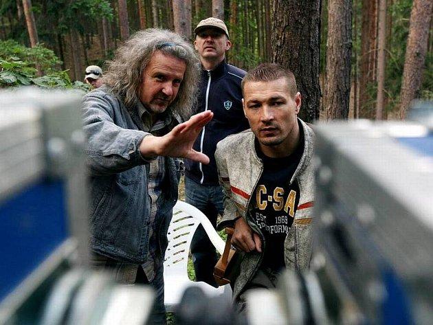 Záběr znatáčení filmu Kajínek, na snímku kameraman Brabec a režisér Jákl