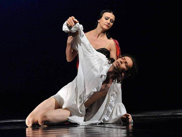 Snímek z taneční inscenace Chopin se sólistou baletu Vladimírem Gončarovem v hlavní roli
