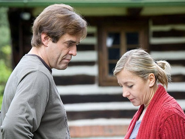 V dvoudílném televizním thrilleru Na vlky železa exceluje Miroslav Etzler a Vanda Hybnerová.