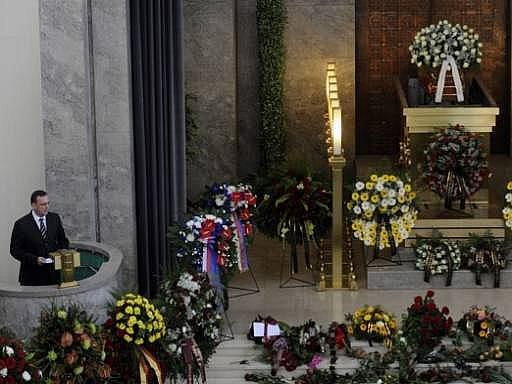 Premiér Petr Nečas při posledním rozloučení s hercem a bývalým ministrem kultury Martinem Štěpánkem, které se konalo 24. září v obřadní síni strašnického krematoria v Praze.
