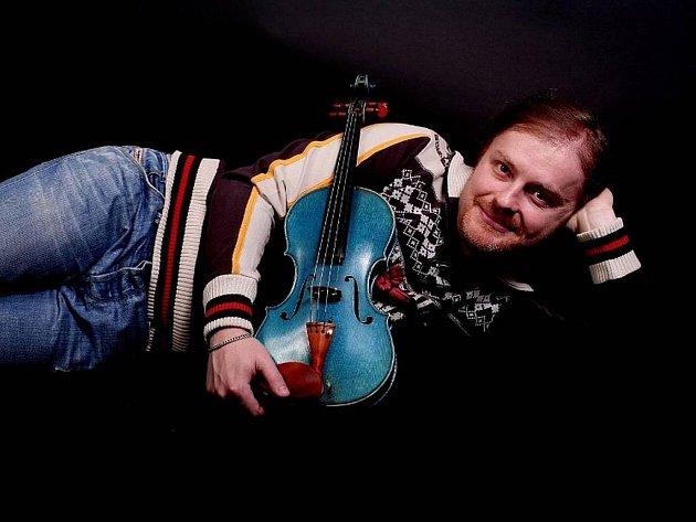 Pavel Šporcl se svými proslulými modrými houslemi