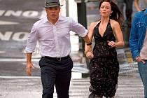 SPRÁVCI OSUDU. David a Elise v podání Matta Damona a Emily Blunt si jsou, zdá se, souzeni. Vynalézavost, s jakou jdou proti osudu, převrátí naruby připravený plán jejich dohližitelů v černém.