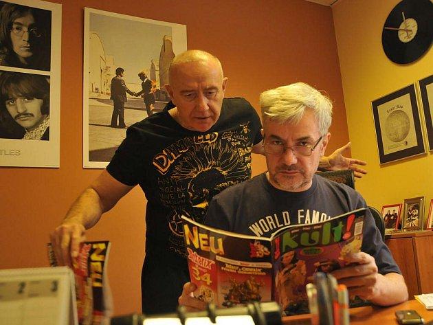Nový časopis Kult pro celé Československo začal vycházet v Plzni. Jeho vydavatelem je novinář Roman Pešír, vlevo. Na snímku se šéfredaktorem Petrem Mazným při přípravě prvního čísla.