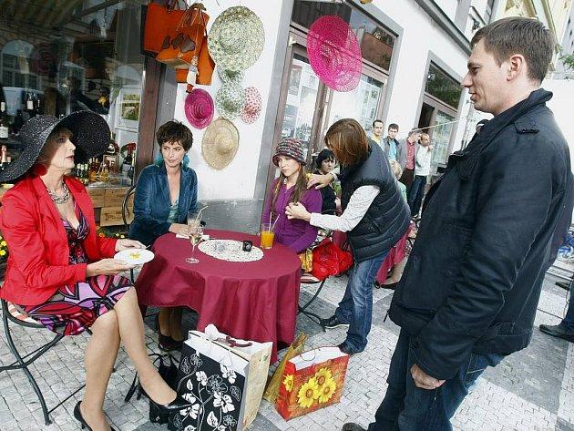 Snímek z natáčení filmu Jiřího Vejdělka Ženy v pokušení s Eliškou Balzerovou, Lenkou Vlasákovou a Veronikou Kubařovou v hlavních rolích. Režisér Vejdělek na foto vpravo.