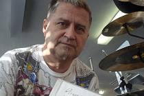 KAPELNÍK. Josef Pavka měl v průběhu rozhovoru, kvůli otázkám o budoucnosti kapely, ustaraný výraz. Ten se změnil ve chvíli, kdy se pochlubil novým albem