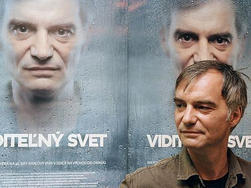 SVĚT VOYUERA. Ivan Trojan před plakátem filmu, který vypráví příběh citově oslabeného muže.