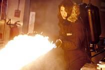 Ve čtvrtek 8. prosince přichází do českých kin nový americký film Věc: Počátek, který žánrově spadá do oblasti sci-fi thrilleru či hororu. Děsivý příběh dějově předchází klasickému filmu režiséra Johna Carpentera z roku 1982.