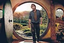 Takhle bude ve filmu vypadat útulná nora pana Bilbo Pytlíka, kterou musí pohodlný hobit opustit a vydat se na nebezpečnou pouť až k Osamělé hoře. Na snímku je režisér Peter Jackson