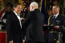 28. října 2009 udělil prezident republiky vysoké vyznamenání i Karlu Gottovi.