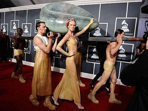 Extrovertní umělkyně Lady Gaga zvolila, jako ostatně vždy, velmi okázalý příchod na letošní Grammy. Přinesli ji v obřím vejci.