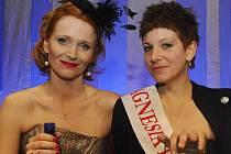 Moderátorka slavnostního večera Aňa Geislerová s vítězkou hlavní ceny v soutěži Magnesia litera 2010 a držitelkou titulu Kniha roku Petrou Soukupovou 18. dubna ve Stavovském divadle v Praze. Soukupová byla oceněna za její prózu s názvem Zmizet.