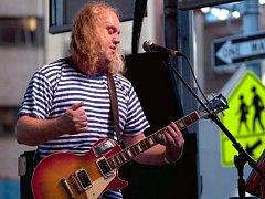 Miroslav Wanek ze skupiny Už jsme doma, která vystoupila 2. října na českém pouličním festivalu v New Yorku.