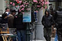 Americký herec Tom Cruise přichází na natáčení další scény nového filmu Mission: Impossible IV., které pokračovalo 3. října v ulicích pražského Starého Města.