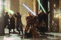 SÍLA JEDI. Padawan a jeho učitel, Ewan McGregor a Liam Neeson, se svými nerozlučnými společníky, laserovými meči.