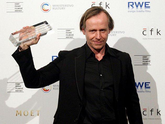 Historicky první ceny filmových kritiků se předávaly 13. ledna v pražské Arše. Na snímku herec Karel Roden s cenou za nejlepší mužský herecký výkon ve vedlejší roli ve filmu Habermannův mlýn.