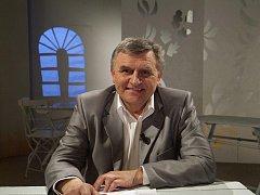 Šedesátník Josef Pospíšil ve studiu České televize v Praze, kde je už dávno jako doma.