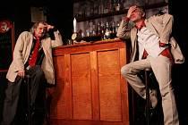 Snímek z inscenace Divadla Ungelt Jerrymu je šoufl, která musela být z repertoáru stažena. Na fotografii Oldřich Kaiser v hlavní roli, vlevo Rostislav Novák.