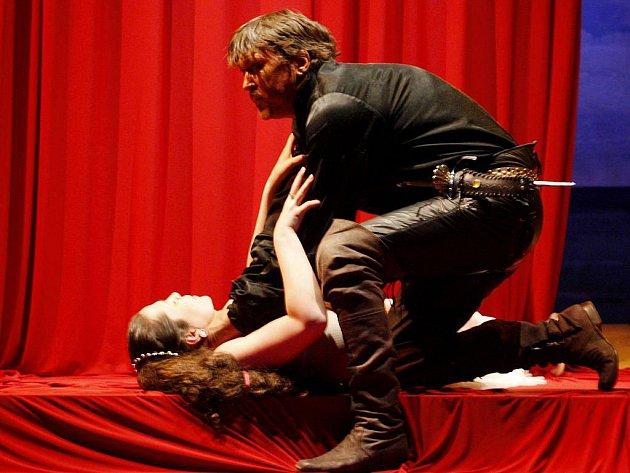 SLAVNÝ PÁR. Desdemona v podání Terezy Němcové a Martin Sitta jako Othello.