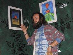 Známý krnovský výtvarník Jan Kuba uspořádal další vernisáž svých obrazů. Tentokrát na výstavě s názvem Drobnosti autor představil díla menšího formátu plné surrealismu, dadaismu a psychedelic artu.