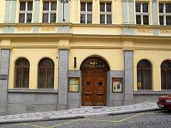 Jednou měsíčně se klidné prostranství před Žižkovským divadlem Járy Cimrmana promění ve stanové městečko.