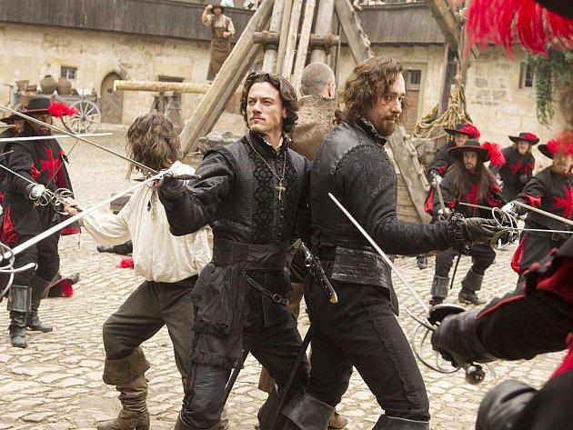 JEDEN ZA VŠECHNY, VŠICHNI ZA JEDNOHO. Dumasovi mušketýři se vracejí v 3D. Luke Evans a Matthew MacFadyen jako Aramis a Athos v novém pojetí Paula W. Andersona.