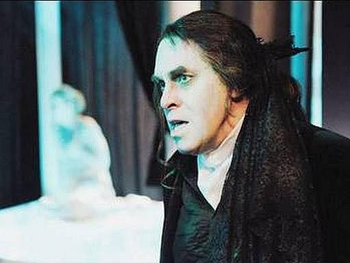 Herec Miroslav Táborský v roli Dona Gutierreho v inscenaci Divadla v Dlouhé Lékař své cti, zaníž je nominován na Cenu Alfréda Radoka.