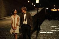 V ZAJETÍ PAŘÍŽE. Gil, kterého hraje Owen Wilson, shledává, že noční toulky s krásnou Adrianou v podání Marion Cotillard přispívají jeho duši i profesi neskonale víc, než nákupy s americkou snoubenkou.