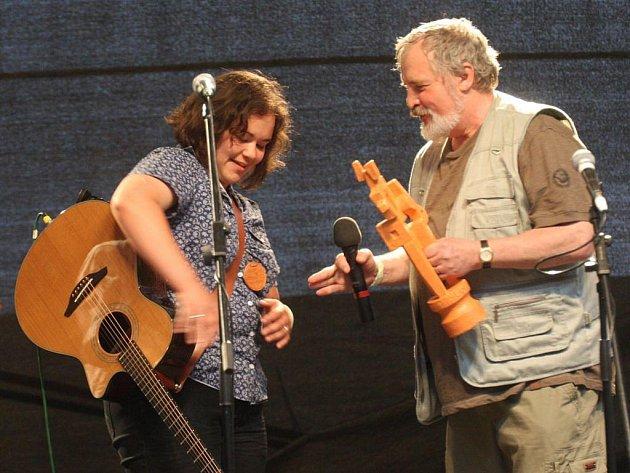 Autorskou portu ve finále 45. ročníku Mezinárodního festivalu Porta 2011 s písní O blues a fiolku vyhrálo brněnské duo Bossy bez bassy, existující teprve od března 2011. Na snímku Lucie Dobrovodská, jež tvoří duo s Janem Vašinou.