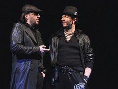 Svatopluk Sem, vlevo, v titulní roli a František Zahradníček jako Leporello při zkoušce Mozartovy opery Don Giovanni na jevišti plzeňského Velkého divadla.