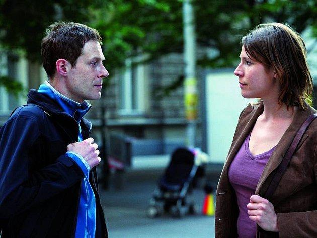 Snímek ze zahajovacího filmu Lupič: Andreas Lust a Franziska Weisz