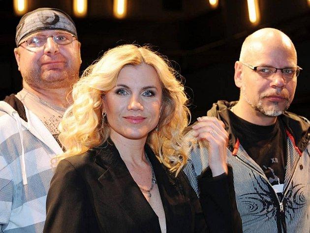 V divadle Kalich se 21. dubna uskutečnila tisková konference k připravovanému muzikálu Ondřeje Soukupa a Gabriely Osvaldové Robin Hood. Na snímku zpěvák Jiří Zonyga, zpěvačka Leona Machálková a zpěvák Martin Pošta.