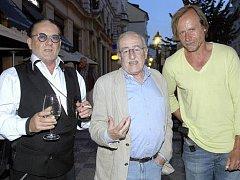V pražské restauraci Café Café se 5. července konala dotočná česko-německého filmu režiséra Juraje Herze Habermannův mlýn. Na snímku zleva německý producent Karel Dirka, režisér Juraj Herz a herec Karel Roden.