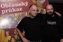 Scénárista Petr Jarchovský a režisér Ondřej Trojan, vlevo, pózují 29. září v Praze po novinářské projekci jejich nového filmu Občanský průkaz.