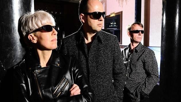 Skupina OK Band, tedy Marcela Březinová, Vladimír Kočandrle a Antonín Menda, slaví výročí vzniku tria OK Band vydáním výběrové desky XXX 1981 – 2011 u EMI Czech.