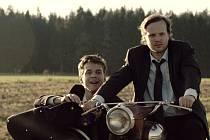 ČAS NA ÚSTUP. Dvojice podvodníků, jejichž plán zhatili chtiví vesničané. Na snímku Vojtěch Dyk a Kryštof Hádek.