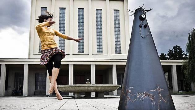 Železná socha výtvarnice Oliny Francové má název Neandrtálka a patří do cyklu Burky mé i tvé