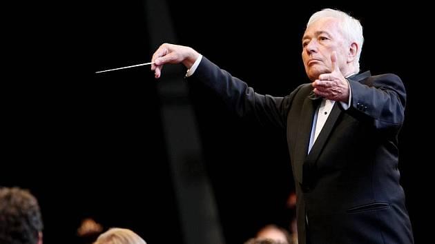 Za dirigentským pultem Libor Pešek, který na snímku řídí Českou filharmonii.