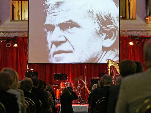 Státní cenu za literaturu pro rok 2007 získal spisovatel Milan Kundera, na snímku její předání, které se konalo 25. 9. v Muzeu české hudby v Praze. Spisovatel si cenu osobně nepřevzal.