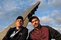 Skupinu s kořeny ve slavné české hiphpové partě Chaozz uvidí v sobotu festival Rock For Churchill ve Vroutku u Podbořan na Lounsku. Na snímku zpěvák a autor písniček Kato aka Def, vpravo, a jeho DJ Maro.