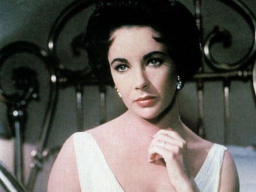 Elizabeth Taylor ve slavné roli ve filmu podle Tennessee Williamse Kočka na rozpálené plechové střeše z roku 1958