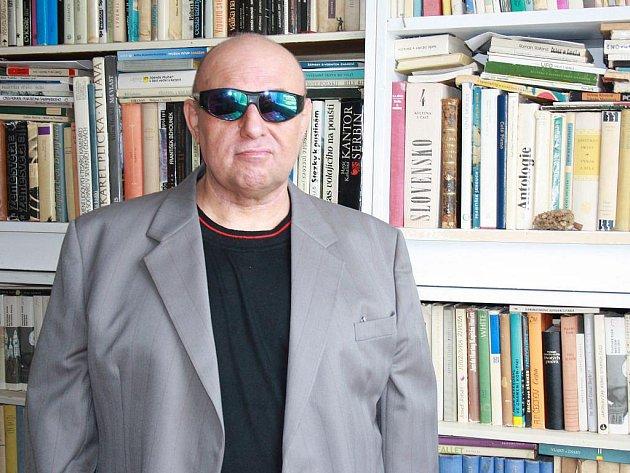 NARODIL SE DO KNIH. Říká o sobě spisovatel Kimla. Jeho rodiče měli obsáhlou knihovnu, knihy ho provázely celý život.