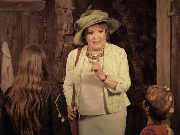 IRMA. Nejvíc pozornosti na sebe ve filmu strhává vděčná postava tetičky v podání Jiřiny Bohdalové. Na snímku s Helenkou Nováčkovou a počítačově vytvořeným Krakavousem.