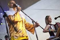 Několik tisíc lidí v sobotu 21. května na pražském Džbáně přihlíželo koncertu Tří sester. Jejich frontman Lou Fanánek Hagen víc jak dvouhodinové vystoupení odzpíval v kostýmu nazvaném Pan pivo.