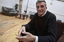 Herec Martin Huba při rozhovoru v Divadle v Řeznické