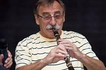 Z vystoupení Pavla Zedníčka s klarinetem na Maratonu Fešáků 2010 v obrovském amfiteátru letního kina v květnu Ústí nad Labem.