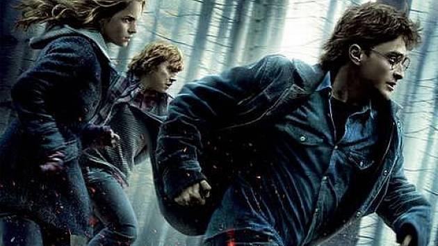 KONEC NEVINNÝCH HER. Harry, Ron a Hermiona musí opustit bezpečné stěny svých domovů a školy a vydat se na cestu. Bude hodně dlouhá.