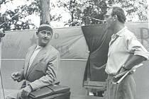 Slavní herci Lubomír Lipský a Josef Kemr na kulturní brigádě v roce 1959