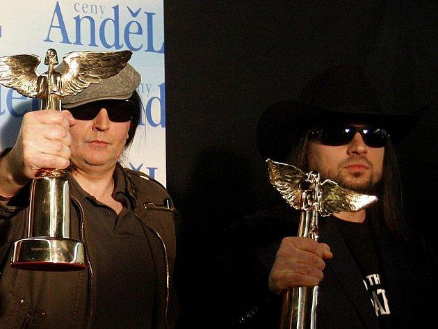 Robert Kodym a PBCH z Lucie se svými Anděly, které dostali jako nejúspěšnější kapela dvacetiletí.